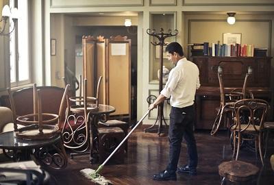 גבר מנקה משרד