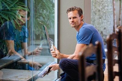 גבר מנקה חלון